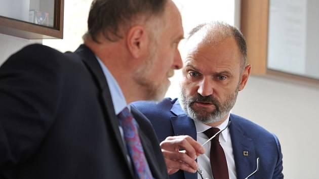 Tomáš Sokol (na snímku vlevo) a Ivan Langer na chodbě Krajského soudu v Ostravě.