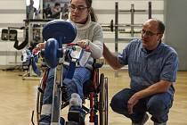 Lucie. Neměla přežít půl roku. Dnes je jí sedmnáct, má spoustu zájmů, jezdí na vozíčku a trénuje chůzi o berlích. Díky intenzivní rehabilitaci, kterou s ní rodiče absolvovali od raného věku.