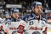 Utkání 51. kola hokejové extraligy: HC Vítkovice Ridera - HC Energie Karlovy Vary, 3. března 2020 v Ostravě. Zleva Jan Štencel z Vítkovic a Ondřej Roman z Vítkovic.