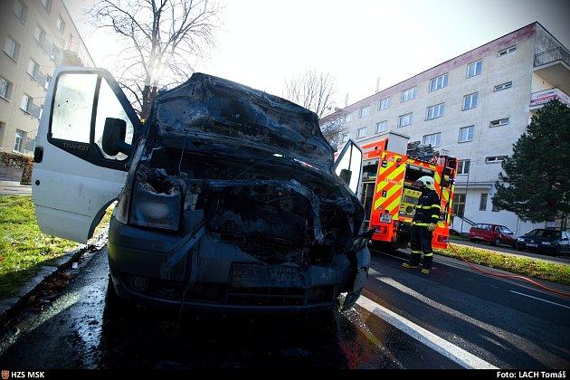 Požár dodávky po dopravní nehodě.