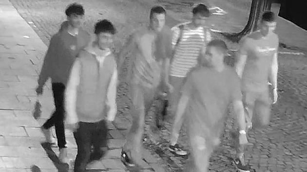 Skupina mužů napadla nezletilce.