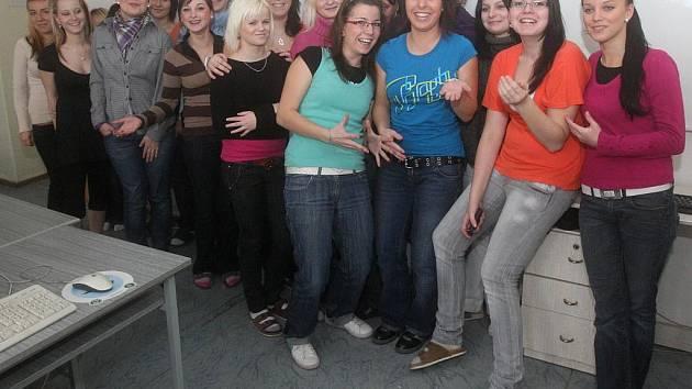 Žáci ze třídy K 3 Střední školy služeb a podnikání v Ostravě-Porubě vystavili svým radním vysvědčení.