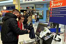 Samoobslužné pokladny lidé v Ostravě využívají. K dispozici jim je asistentka obchodu.