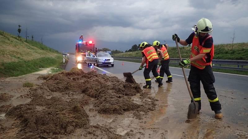 """Na silnici I/11 - tedy na """"prodloužené Rudné"""" - se vlivem silného deště sesul svah na komunikaci. Hasiči odstranili nánosy bláta a oba jízdní pruhy uvolnili."""