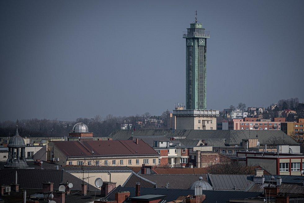Výhled ze zvonice Katedrály Božského Spasitele v Ostravě, v popředí divadlo Jiřího Myrona, březen 2021.