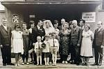 SVATBA. Svatebčané před porubským Obvodním národním výborem v roce 1975.