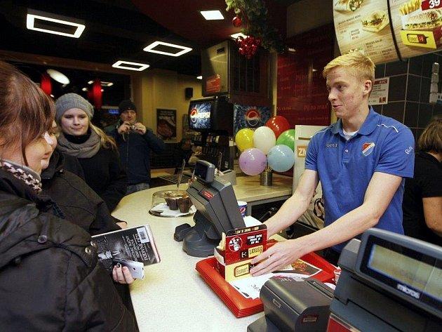 Fotbalisté Baníku prodávali kuřata v KFC na Masarykově náměstí v Ostravě.