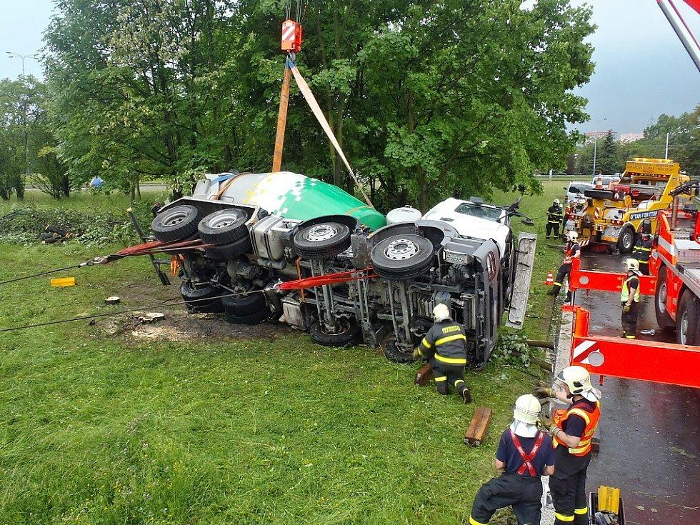 Dopravní komplikace způsobila nehoda domíchavače, který v pondělí odpoledne v ulici Bílovecké v Ostravě sjel do příkopu.