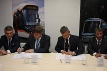 Podpis smlouvy o nákupu 40 nových tramvají za téměř 2 miliardy korun pro Ostravu.