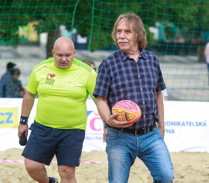 Jaromír Nohavica byl také ambasadorem Beach ragby na Masarykově námestí v centru Ostravy.