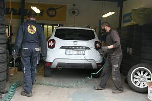 Nejstarší pneuservis v Ostravě, kde pracuje David s Denisem a Ondřejem - podle svých slov na pohodu.
