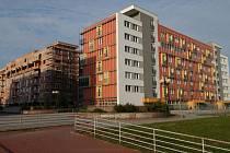 UŽ BYDLÍ. Prvních padesát bytů Nové Poruby je už obydleno. Stavba dalších dvou domů pokračuje, dokončeny by měly být už na přelomu letošníhoroku.