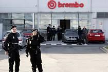 Policisté ve čtvrtek ráno a dopoledne prohledávali objekt firmy v Ostravě-Hrabové, kde anonym nahlásil uložení bomby.