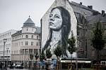 Fasádu bývalého módního domu v centru Ostravy ozdobila velkoplošná malba.