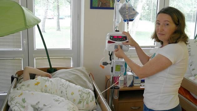 Jelena Kajzarová je původem z Ruska a patří ke služebně nejstaršímu personálu ostravského mobilního hospice. Snaží se práci nebrat dramaticky a motivovat rodiny pacientů tím, že život jde dál.
