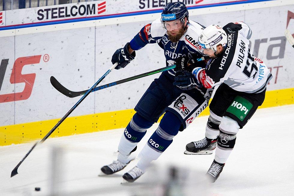 Utkání 8. kola hokejové extraligy: HC Vítkovice Ridera - HC Energie Karlovy Vary, 9. října 2020 v Ostravě. (zleva) Adam Polášek z Vítkovic a Lukáš Pulpán z Karlových Varů.