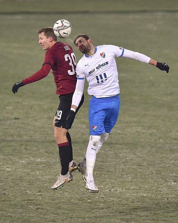 Utkání 15. kola první fotbalové ligy: FC Baník Ostrava - AC Sparta Praha, 17. ledna 2021 v Ostravě. (zleva) Lukáš Juliš ze Sparty a Patrizio Stronati z Ostravy.