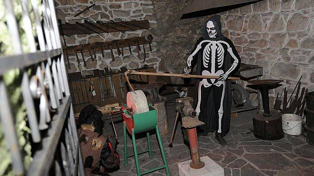 Noční prohlídka Slezskostravského hradu s možností spatřit hradní strašídla, čerty, čarodejnice, loupežníky a jiné nestvůry.