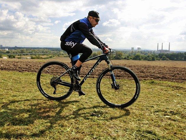 """Cyklista na snímku vyrazil ve čtvrtek krátce po poledni ještě na """"letní projížďku"""". Odpoledne už začal podzim."""