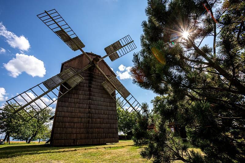 Partutovický dřevěný větrný mlýn, léto 2021. Jeho majitelem je Jan Kandler.