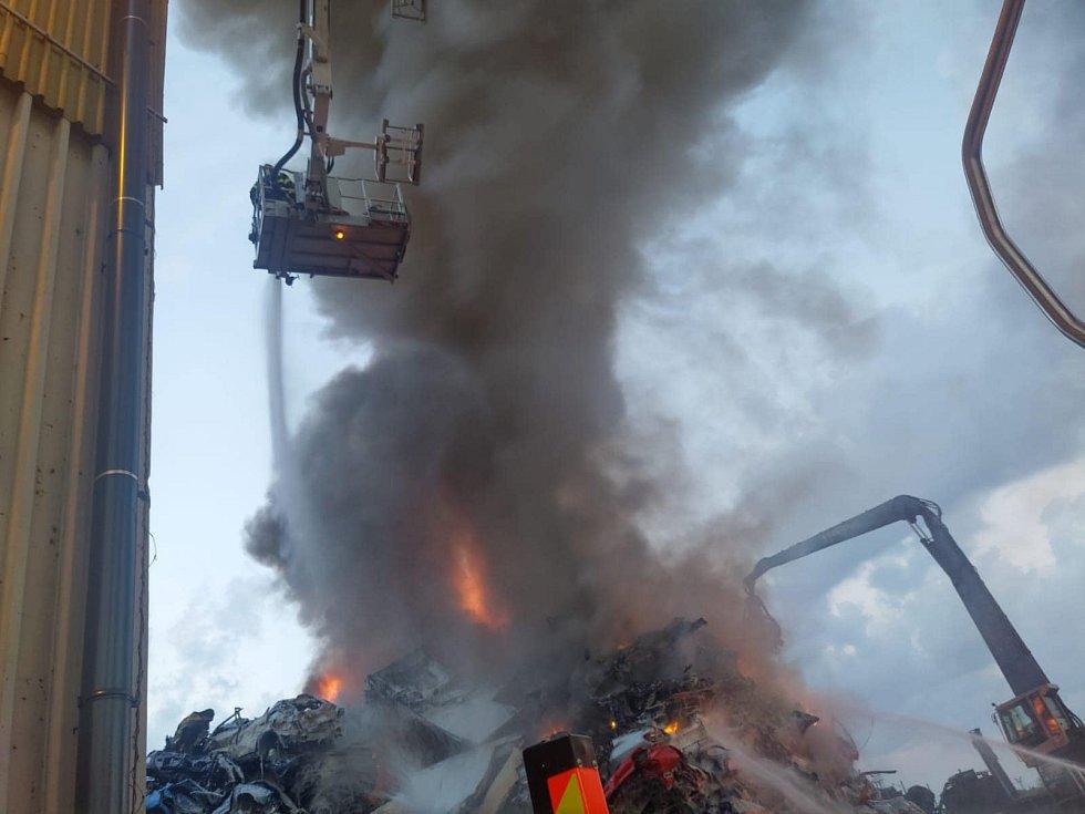 Požár autovrakoviště v Ostravě-Mariánských Horách.