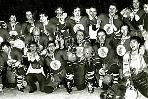 Vítkovičtí hokejisté slaví titul v roce 1981 po vítězství 4:2 na ledě Gottwaldova.