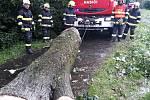 Zásah hasičů v Kopřivnici, místní části Lubina, při odstraňování následků vytrvalých dešťů, 21. června 2020.