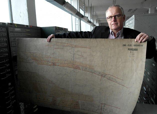 Důlní mapy by se měly stát součástí historického dědictví. Na snímku je vedoucí archivu Lubor Veselý.