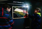 V rámci výstavy s příznačným názvem Kopřivnice v automobilech Tatra budou v Lašském muzeu moci návštěvníci obdivovat práce fotografa a designéra Karla Kudery. Výstava potrvá do 9. dubna.