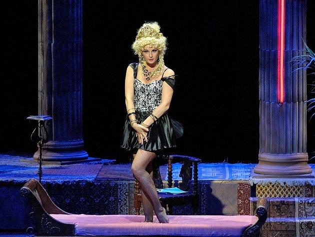 MARTINA ŠNYTOVÁ v titulní roli Offenbachovy operety Krásná Helena.