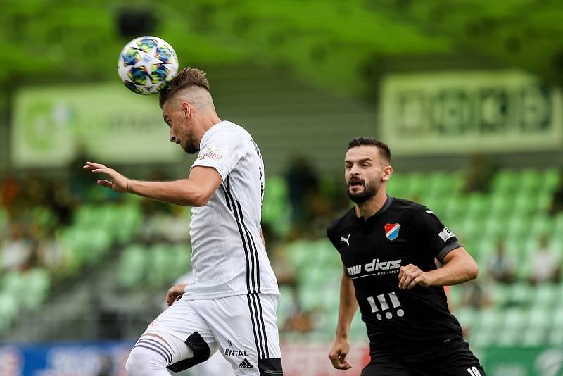 Utkání 1. kola fotbalové Fortuna ligy: MFK Karviná - FC Baník Ostrava, 23. srpna 2020 v Karviné. Filip Twardzik z Karviné a Tomáš Zajíc z Ostravy.