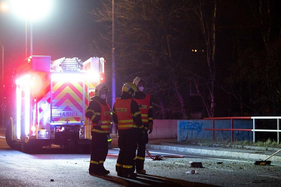 Nehoda vozidla zn. Porsche ve večerních hodinách na ulici Plzeňská, vedle tramvajové zastávky Dolní směr Ferona. 12. března 2021 v Ostravě.
