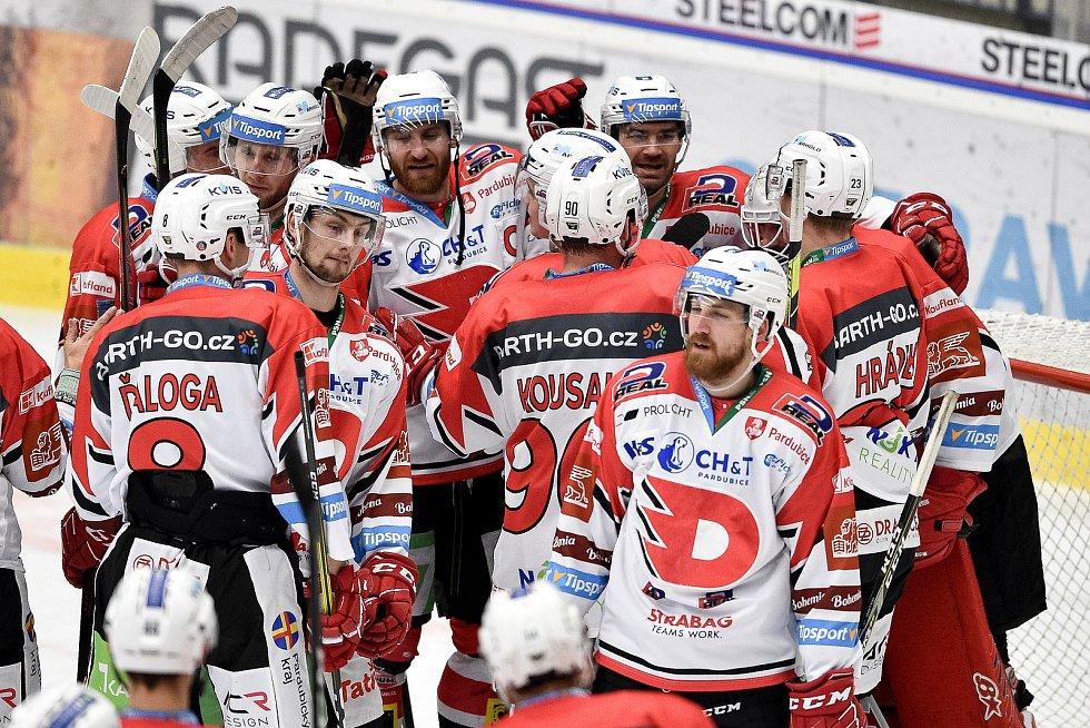 Utkání 24. kola hokejové extraligy: HC Vítkovice Ridera - HC Dynamo Pardubice, 4. prosince 2020 v Ostravě. (zleva) Matěj Paulovič z Pardubic a Jakub Nakládal z Pardubic.