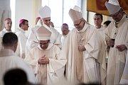 Biskupské svěcení 28. května v Ostravě. Na snímku Martin David (první zleva).