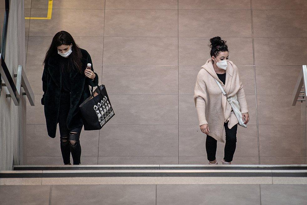 Ženy s respirátory v obchodním centru Forum Nova Karolina, 25. února 2021 v Ostravě. Kvůli koronavirové epidemii začala platit povinnost na frekventovaných místech nosit respirátor nebo dvě jednorázové zdravotnické roušky přes sebe.