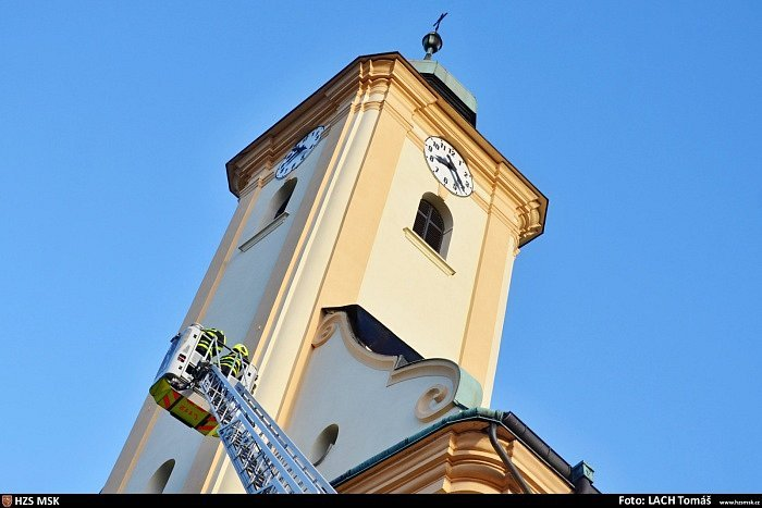 Odstraňování plechů z kostela v Ostravě-Staré Bělé v pondělí dopoledne.