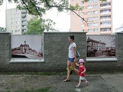 Zeď zdobí historické fotografie.
