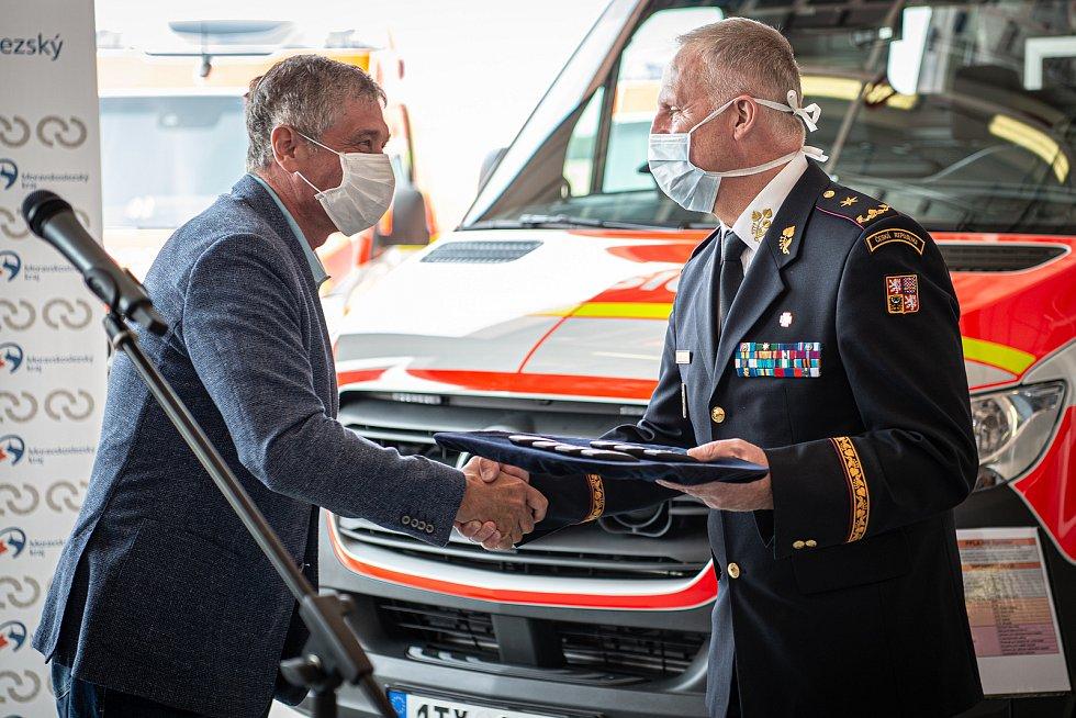 Vladimír Vlček (vpravo) na snímku s hejtmanem MS kraje Ivo Vondrákem při předání nové techniky hasičům, 24. července 2020 v Ostravě.