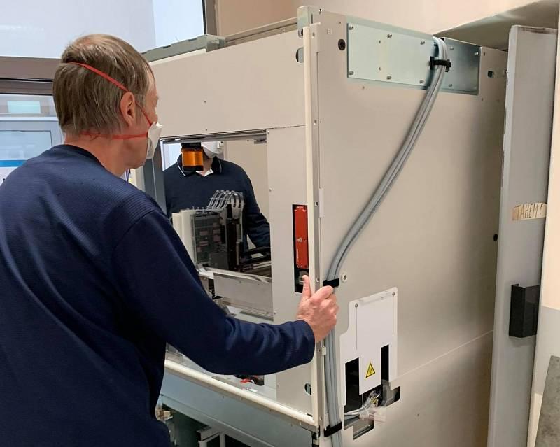 Vybalování a instalace přístroje Cobas 6800 v AGELLAB v Ostravě.