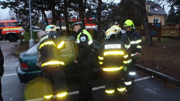 Dvouleté dítě, které nešťastnou náhodou zůstalo uvězněné v automobilu v Šenově u Ostravy, zachraňovali ve středu moravskoslezští hasiči.