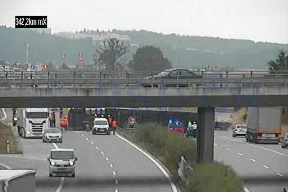 Dálnice D1 zablokovaná převráceným kamionem.
