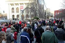 Desítky lidí se v úterý sešly na Smetanově náměstí, aby vyjádřily svůj nesouhlas se současným stavem Módního domu Ostravica Textilia.