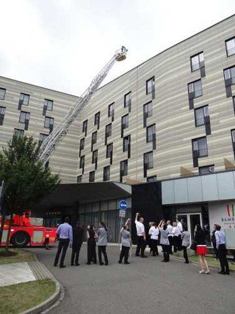 Hasiči na závěr za velkého zájmu evakuovaných hostů hotelu Park Inn vyzkoušeli automobilový žebřík AŽ 30Camiva.