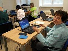 Anna Strakošová ovládá notebook a těší se, až si ho pořídí kvůli společné komunikaci i kamarádka.