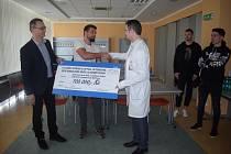 Fotbalisté FC Baník předali Oční klinice FNO šek na sto tisíc