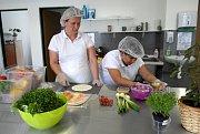 Chytré svačinky připravují zaměstnankyně sociálního podniku v Muglinově a s řidiči je rozvážejí zdarma po Ostravě.