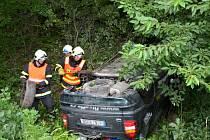 Zásah hasičů u dopravní nehody osobního automobilu na silnici u obce Bravantice.