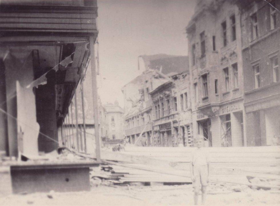 ZÁMECKÁ. Vlevo výkladní skříň dnešní prodejny Hruška v obchodním domě Horník (dříve Bachner). I když byly výklady rozbité, neexistovalo, že by tam někdo chodil rabovat. Za to tehdy mohl být i zastřelen. V tom měli Němci autoritu.