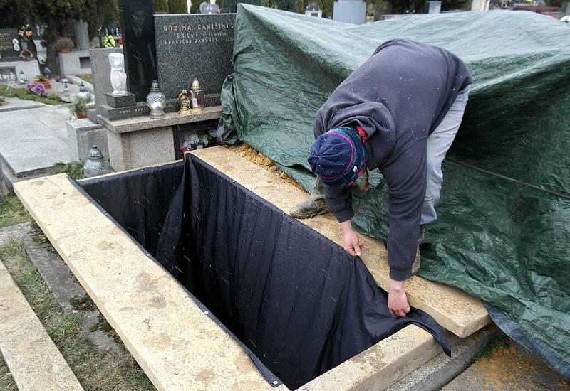 Ústřední hřbitov ve Slezské Ostravě patří k pracovištím zdejší hrobnické dynastie.