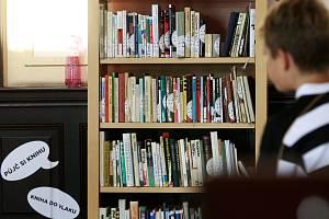 Ve svinovské nádražní hale si mohou cestující půjčit do vlaku knihu.